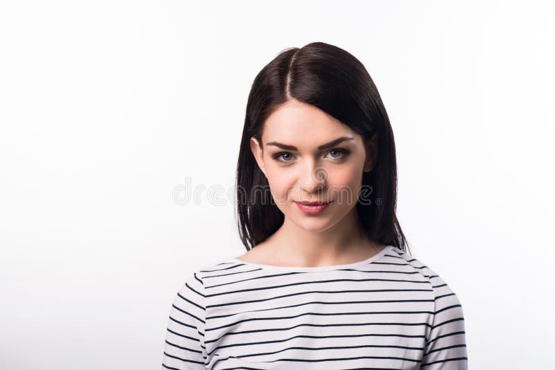 Prettig mooi meisje die zich op witte achtergrond bevinden stock foto's