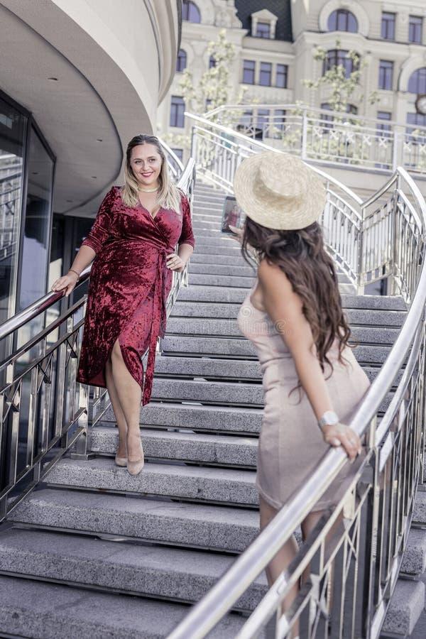 Prettige blije aardige vrouw die een photoshoot hebben royalty-vrije stock foto