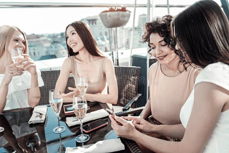 Prettige blije en meisjes die zitten communiceren royalty-vrije stock afbeelding