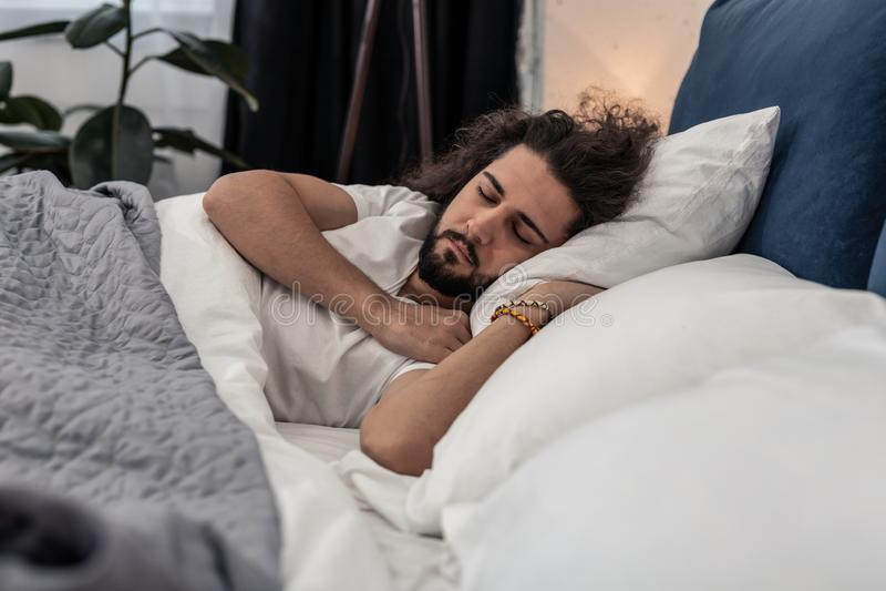 Prettige donkerbruine mens die een rust hebben thuis royalty-vrije stock foto's