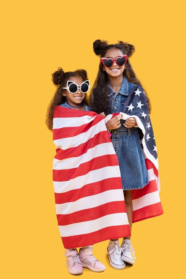 Prettige jonge meisjes die hun patriottisch gevoel tonen stock foto