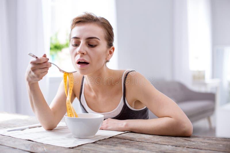 Prettige jonge vrouw die aan anorexie lijden royalty-vrije stock foto's