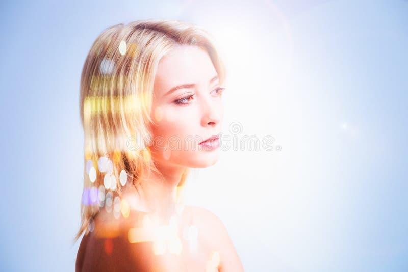 Prettige jonge vrouw die een nadenkende blik hebben stock afbeeldingen