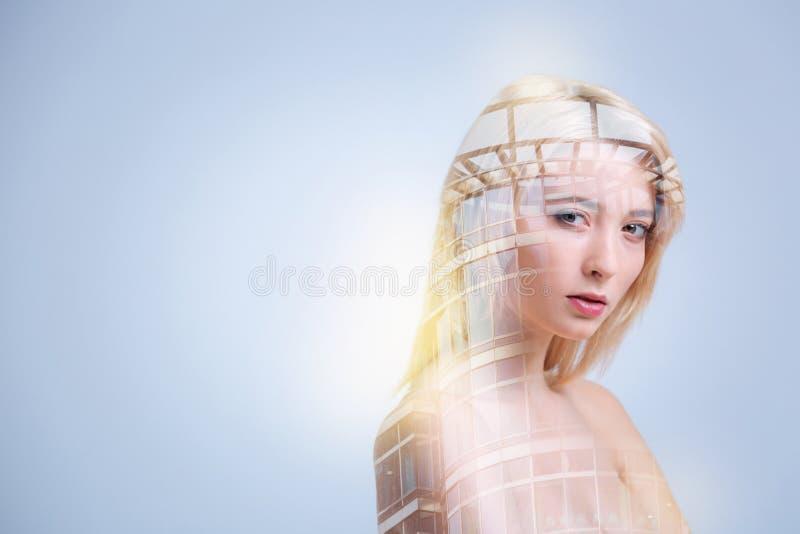 Prettige jonge vrouw die het moderne gebouw bekijken royalty-vrije stock fotografie