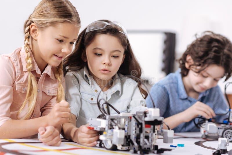 Prettige kinderen die wetenschap bespreken op school royalty-vrije stock afbeeldingen
