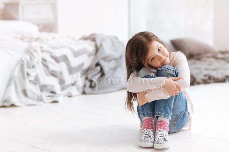 Prettige leuke meisjeszitting op de vloer royalty-vrije stock fotografie