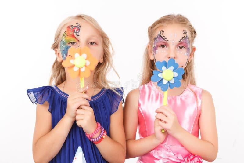 Prettige meisjes die document bloemen houden royalty-vrije stock foto