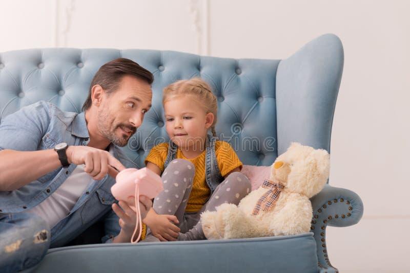 Prettige positieve mens die op de stuk speelgoed camera richten royalty-vrije stock afbeeldingen