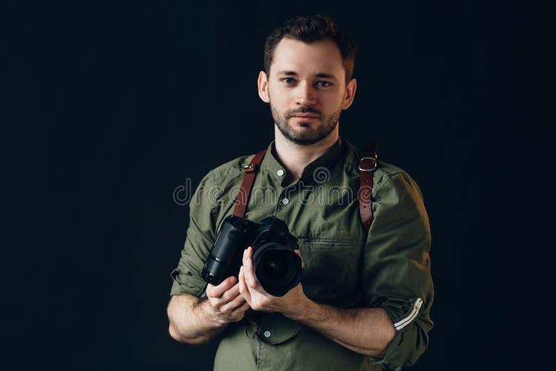 Prettige schitterende professionele fotograaf die een digitale camera met behulp van stock foto