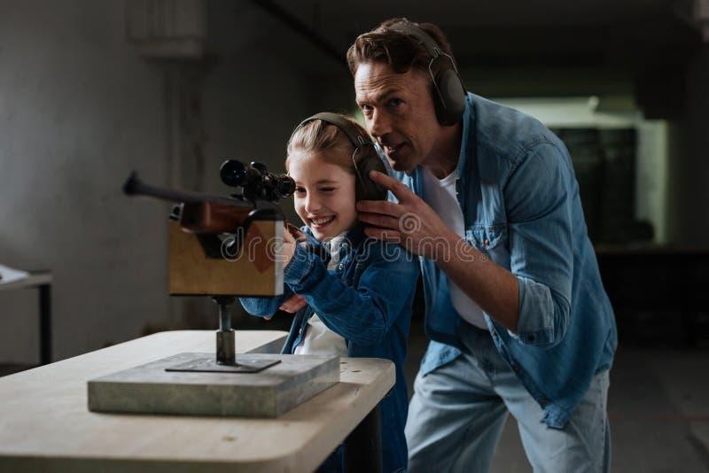 Prettige steunende vader die advies geven aan zijn dochter royalty-vrije stock afbeeldingen