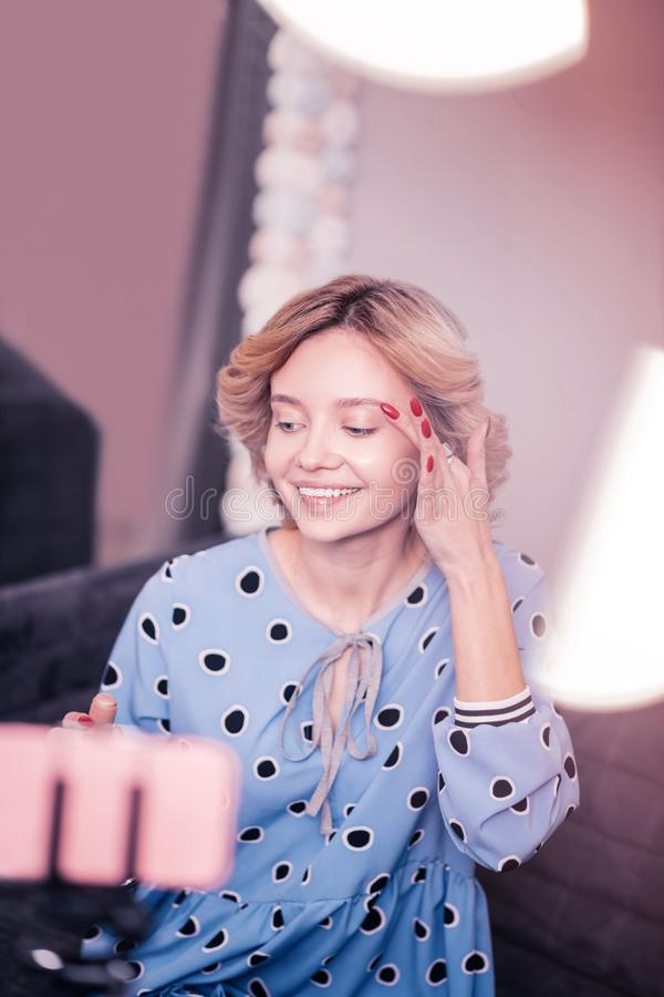 Prettige vrouw die terwijl het filmen van videoblog voor aanhangers glimlachen royalty-vrije stock fotografie