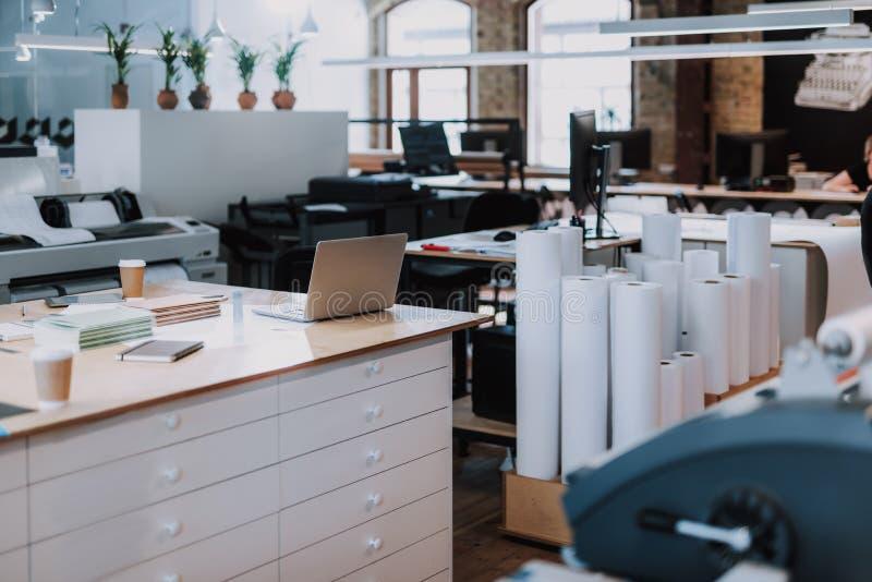 Prettige werkende atmosfeer op ruim licht kantoor stock foto