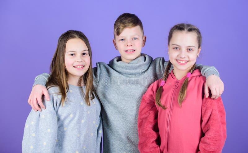 Prettijd met vrienden Kinderjarenvriendschap Familiebanden Het werkconcept van het team Hebbend pret samen steun Reeks zwart-witt royalty-vrije stock afbeeldingen
