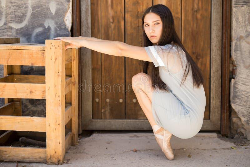Pretty ballet dancer en pointe royalty free stock photos