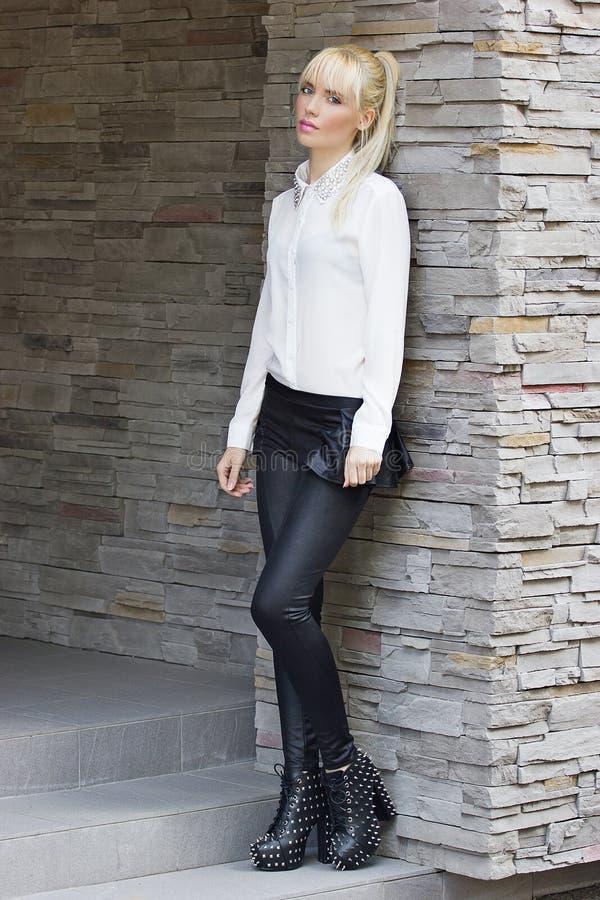 Prettyl blond flicka i stad royaltyfri fotografi
