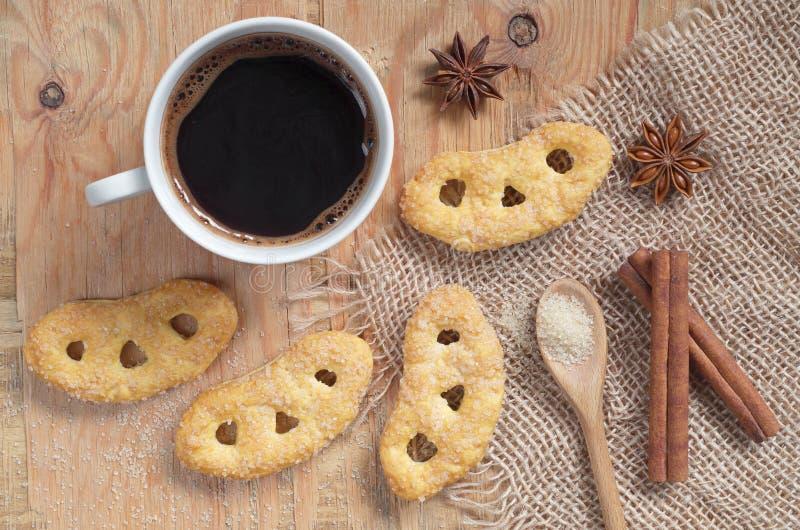 Pretzeis franceses com açúcar e café fotografia de stock