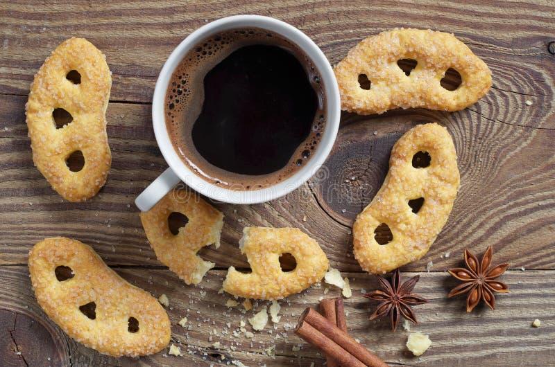Pretzeis franceses com açúcar e café imagem de stock