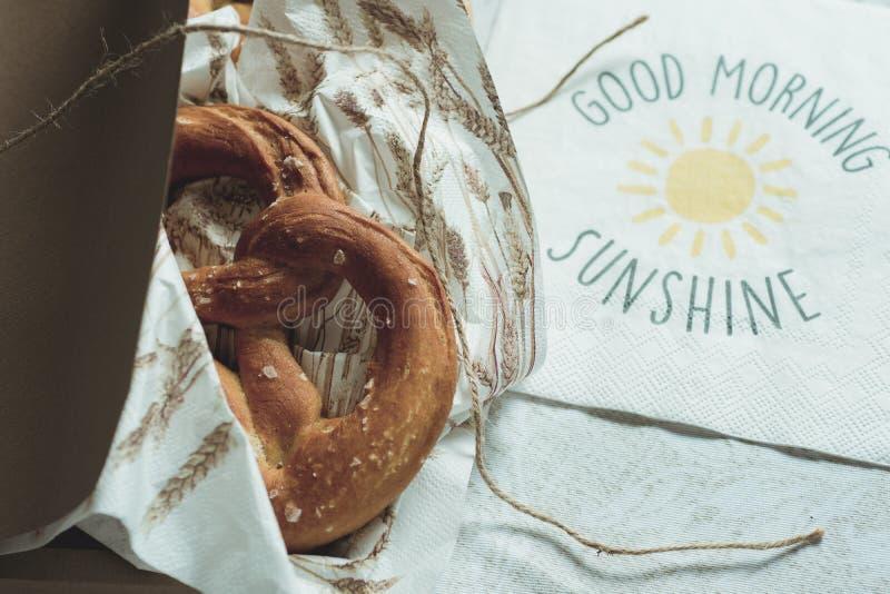 Pretzeis frescos em uma caixa para o CCB da luz do sol do bom dia do café da manhã fotos de stock royalty free