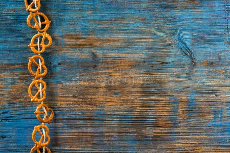 Pretzeis que penduram em uma corda no fundo de madeira rústico imagem de stock