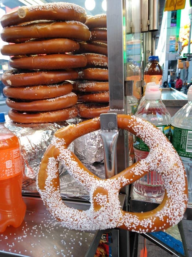Pretzeis salgados, pretzel macio, Times Square, NYC, NY, EUA fotografia de stock