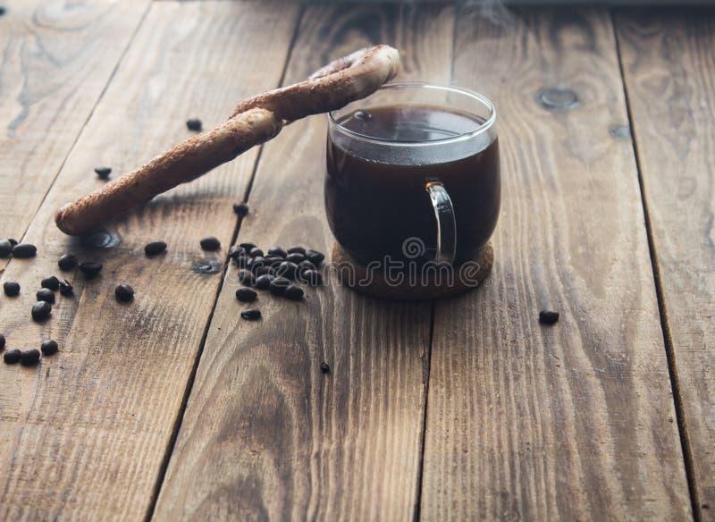 Pretzel e copo do coffe fotografia de stock