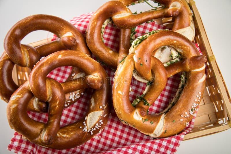 Pretzel suave alemán de Brezel con la sal, las cebolletas y la mantequilla en cesta del pan foto de archivo libre de regalías