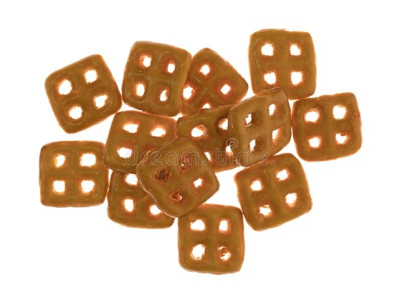 Pretzeles condimentados queso cheddar en un fondo blanco imágenes de archivo libres de regalías