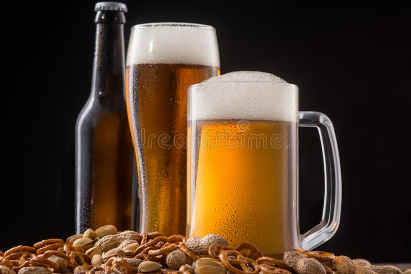 Pretzeles y nueces para la cerveza fotografía de archivo libre de regalías