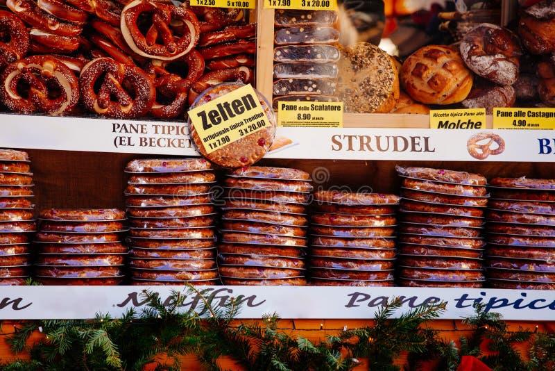 Pretzeles y otros productos de la panadería para la venta en el mercado de la Navidad en Bolzano, Italia imagen de archivo libre de regalías