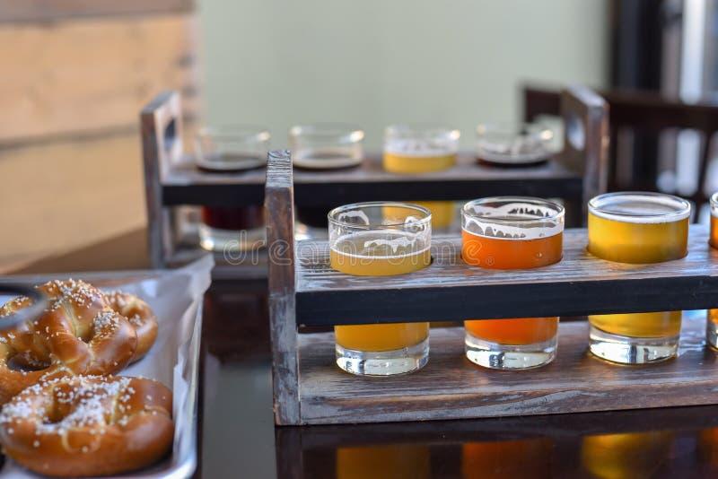 Pretzels en biervluchten - barvoedsel royalty-vrije stock afbeeldingen
