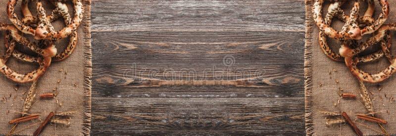 Pretzels met zaden en kruid van tarwe op rustieke textiel Dubbel spiegeleffect, hoogste mening en exemplaarruimte royalty-vrije stock foto