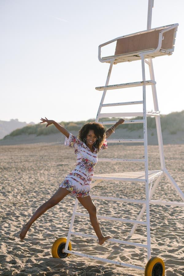 Pretzwarte die bij het strand dansen stock afbeelding