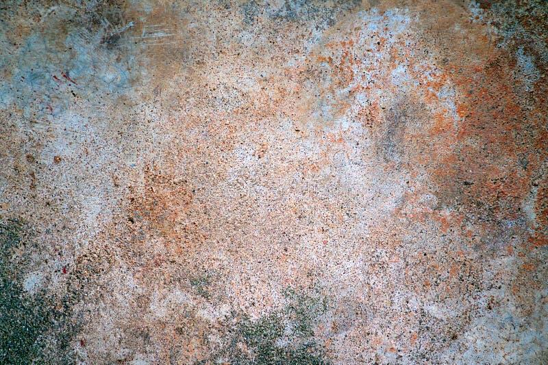 Preuve orange de rouille et lichen vert de mousse sur le vieux plancher de ciment photographie stock libre de droits