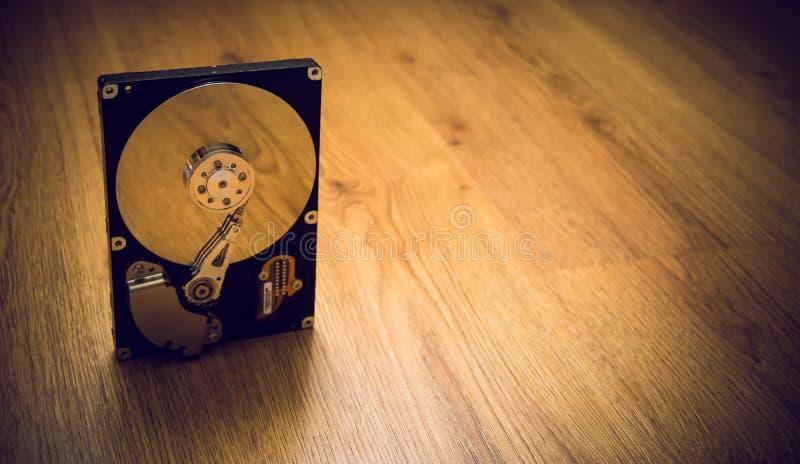Prevenção contra perda de dados Disco rígido do computador sem cobertura na superfície de madeira fotos de stock royalty free