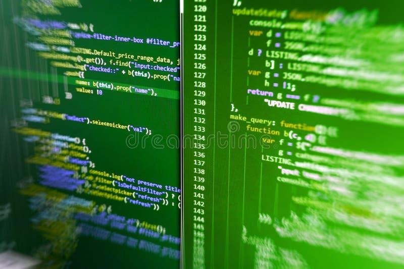 Prevención del pirata informático de la seguridad de Internet Equipo de los compañeros de trabajo en oficina moderna Programación fotografía de archivo libre de regalías