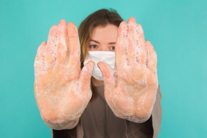Preventie van het coronavirus Afsluiten van personen die handen wassen, geïsoleerd Schoonheid en begrip lichaamsverzorging royalty-vrije stock afbeeldingen