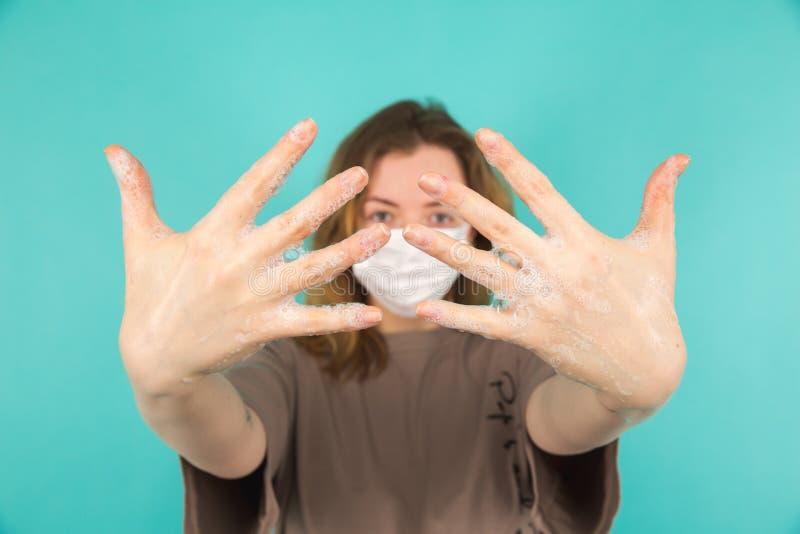 Preventie van het coronavirus Afsluiten van personen die handen wassen, geïsoleerd Schoonheid en begrip lichaamsverzorging royalty-vrije stock foto's