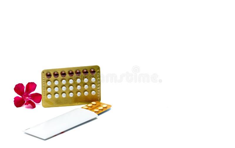 Preventiv- piller eller födelsekontrollpiller med den rosa blomman på vit bakgrund med kopieringsutrymme Hormon för det att använ arkivfoton