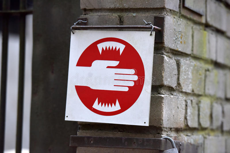 preventivo no jardim zoológico, recomenda-se não colar suas mãos na gaiola foto de stock royalty free