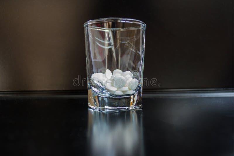Preventivpillerar i en vodkahög arkivfoton