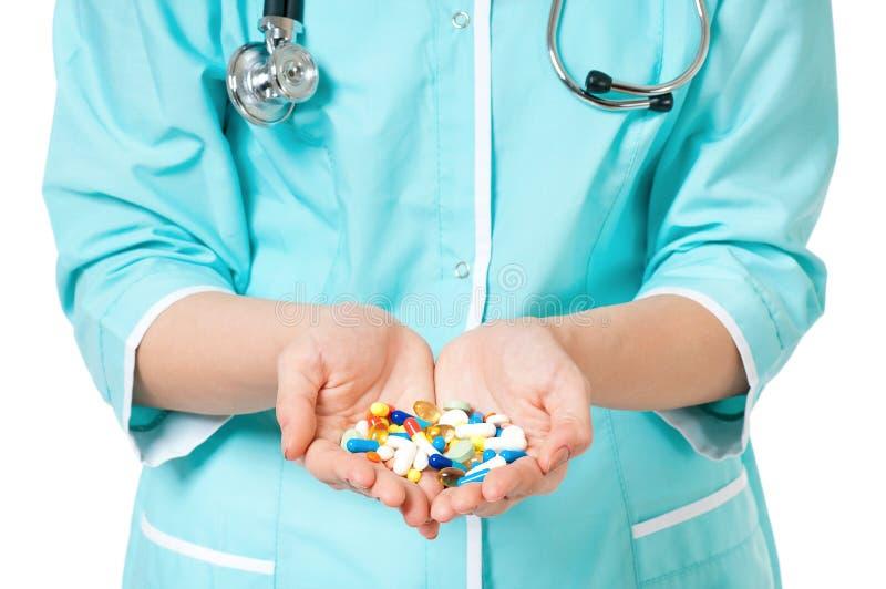 Preventivpillerar i hand arkivbild