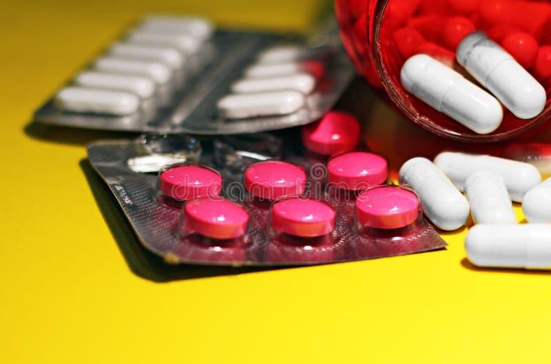Preventivpillerar och annan förgiftar för olagliga dopa behandligar Apotekantibiotikum och lyckodrog arkivbild