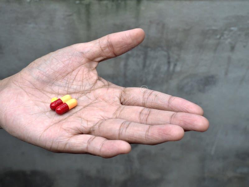 Download Preventivpillerar På äldre Hand Fotografering för Bildbyråer - Bild av erbjuda, sjuka: 78726501