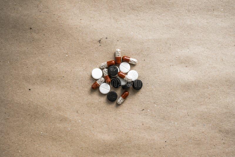 Preventivpillerar på centrerat papper royaltyfri fotografi