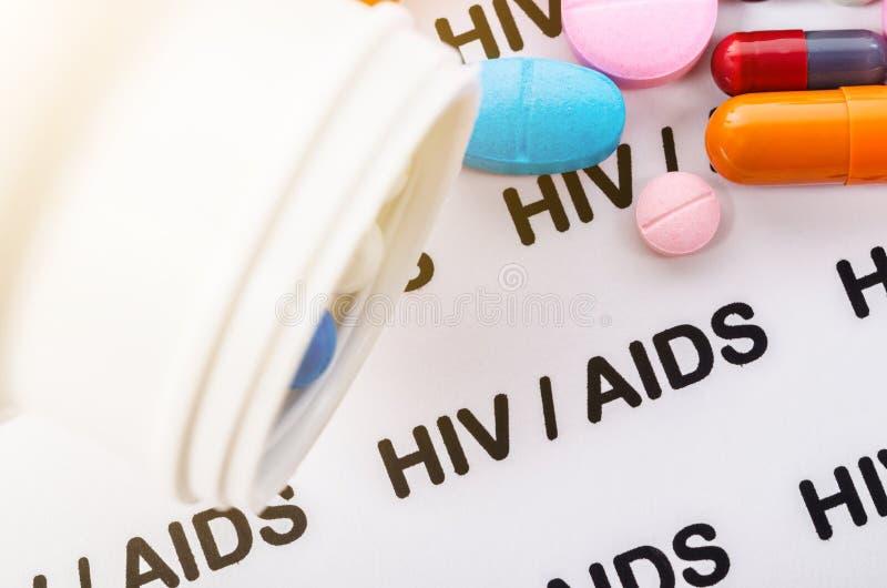 Preventivpillerar på Hiv-/hjälpmedelbegrepp fotografering för bildbyråer