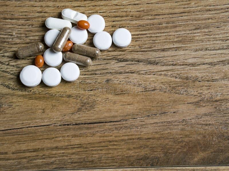Preventivpillerbakgrund på trä royaltyfria bilder