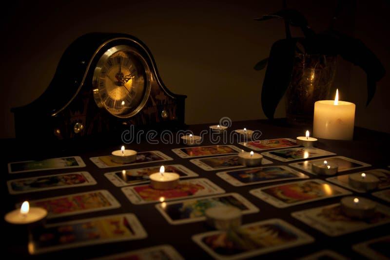 Previsão do futuro místico com velas e os cartões de jogo ateados fogo em d imagem de stock royalty free