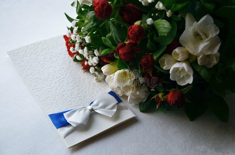 Prezentów kwiaty na tle i karta fotografia royalty free