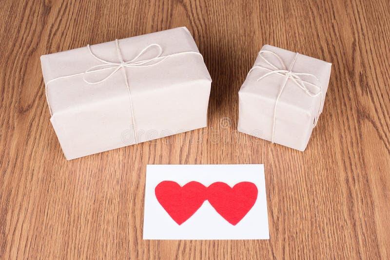 Prezentów pakunki zawijający w brąz przetwarzającym papierze obraz royalty free