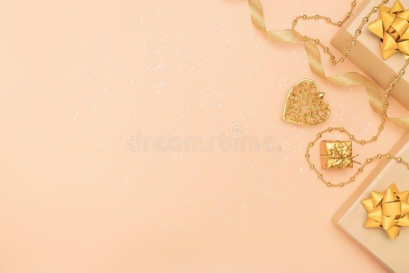 Prezentów pudełka lub przedstawiają pudełka z złotymi łękami, gwiazdą i piłką na złotym tle dla, urodziny, bożych narodzeń lub śl obraz stock